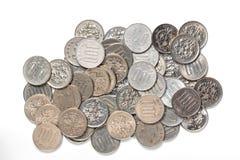 Hög av japanska pengar för 100 yenmynt på vit bakgrund Arkivbild