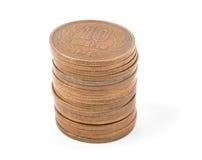 Hög av japanska pengar för 10 yenmynt på vit bakgrund Royaltyfri Foto