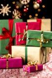 Hög av julgåvor Arkivfoton