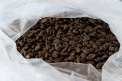 Hög av kaffebönor i påsen fotografering för bildbyråer