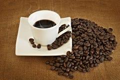 Hög av kaffebönor och kaffekoppen Royaltyfri Bild