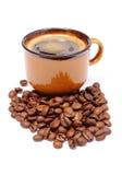 Hög av kaffekorn och kopp av drycken Royaltyfria Bilder