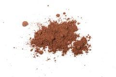 Hög av kakaopulver som isoleras på vit bakgrund Fotografering för Bildbyråer