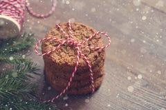 Hög av kakor och granträdfilialer på trätabellen slappa signaler Royaltyfria Bilder