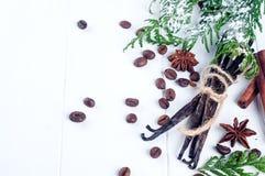 Hög av kanelbruna pinnar för kryddor, vanilj, kaffebönan och anisstjärnor Arkivbild