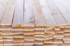 Hög av klippt trä för konstruktionstextur Arkivbilder