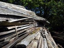 Hög av klippta ekplankor Arkivbild