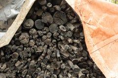H?g av kol under en tarp royaltyfri fotografi