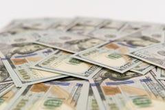 Hög av kontanta in hundra dollarräkningar Fotografering för Bildbyråer
