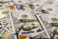 Hög av kontanta in hundra dollarräkningar Royaltyfri Bild