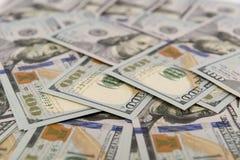 Hög av kontanta in hundra dollarräkningar Royaltyfri Fotografi