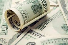 Hög av kontanta US dollarräkningar bakgrund, closeuppengar Royaltyfri Fotografi