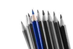 Hög av kors färgade blyertspennor, med olika toner Royaltyfria Bilder