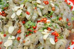 Hög av kryddig inlagd bönsyrsaräka i den Thailand marknaden arkivbilder
