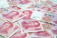 Hög av många hundra kinesiska yuansedlar på tabellen, China Arkivbilder