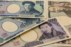 Hög av många typJapan sedlar bakgrund, yenvaluta arkivfoto