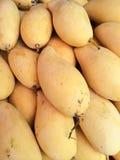 Hög av mango i fruktmarknad Arkivfoto