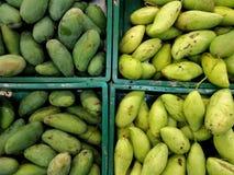 Hög av mango i korg arkivfoton
