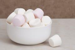 Hög av marshmallower i den vita bunken royaltyfri fotografi