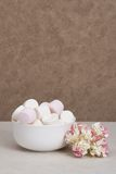 Hög av marshmallower i den vita bunken Pappers- rosor fotografering för bildbyråer