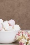 Hög av marshmallower i den vita bunken Pappers- rosor royaltyfria foton