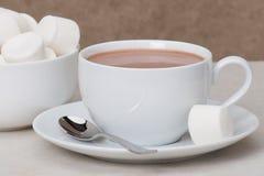 Hög av marshmallower i den vita bunken varm chokladdrink royaltyfri bild
