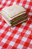 Hög av matzaen eller matzahen, judisk feriemat, sprucken matza royaltyfri bild