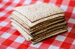 Hög av matzaen eller matzahen, sprucken matzoth, judisk traditionell feriemat, fyrkantigt formmellanmål royaltyfri fotografi