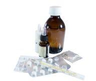 Hög av medicinska flaskor, preventivpillerar, termometern och kondomen Arkivfoton