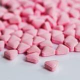 Hög av medicinska rosa preventivpillerar Royaltyfria Bilder