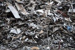Hög av metall i järnskrot Arkivfoto