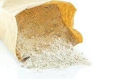 Hög av mjöl för helt vete på vit bakgrund Arkivfoton