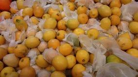 Hög av mjuka gula citroner, pannarörelse stock video