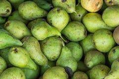 Hög av mogna organiska gröna päron i träask på bondemarknaden vibrerande ljusa färger Vitaminer sunda Superfoods bantar Arkivbild