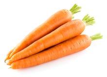Hög av morötter som isoleras på white arkivfoto