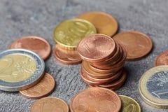 Hög av mynt för eurocent med myntet för euro ett och två Arkivfoto
