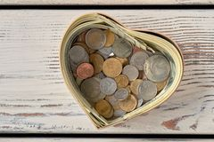 Hög av mynt i moneybox arkivfoto