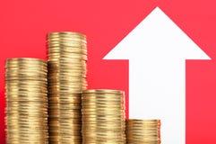 Hög av mynt och den växande pilen pengar mer Öka inkomst Royaltyfri Fotografi