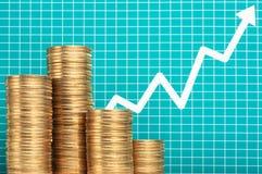 Hög av mynt och den växande pilgrafen för översida Investeringplannin Royaltyfri Foto