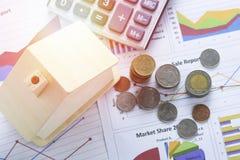 Hög av mynt och hemmet, begrepp i husfinans Royaltyfri Fotografi
