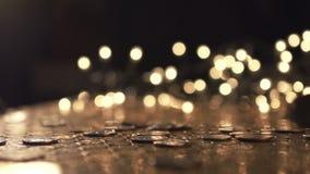Hög av mynt som faller på tabellen arkivfilmer