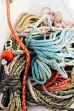 Hög av nautiska marin- rep på yachtdäck arkivbilder
