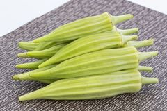 Hög av ny grön okra på matt Arkivbild