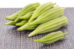 Hög av ny grön okra på matt Royaltyfri Foto