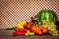 Hög av nya frukter och grönsaker Arkivbild