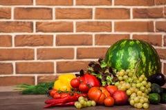 Hög av nya frukter och grönsaker Royaltyfri Bild