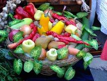 Hög av nya frukter och grönsaker Arkivfoton