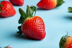 Hög av nya jordgubbar på ljust - blå bakgrund fotografering för bildbyråer