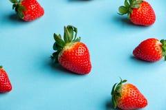 Hög av nya jordgubbar på ljust - blå bakgrund arkivfoton