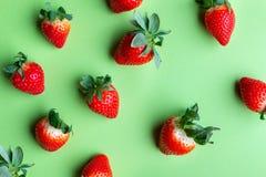 Hög av nya jordgubbar på ljust - grön bakgrund royaltyfri foto